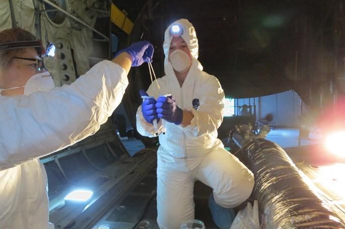 Không quân Mỹ 'hấp' chiến đấu cơ để diệt khuẩn - ảnh 2
