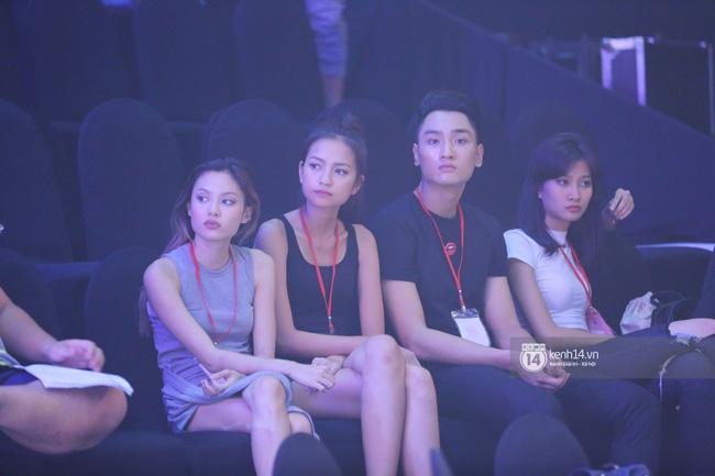 Những hình ảnh đầu tiên về sân khấu và top 18 đang tập Chung kết Next Top Model! - Ảnh 1.