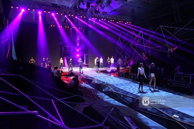 Những hình ảnh đầu tiên về sân khấu và top 18 đang tập Chung kết Next Top Model! - Ảnh 14.