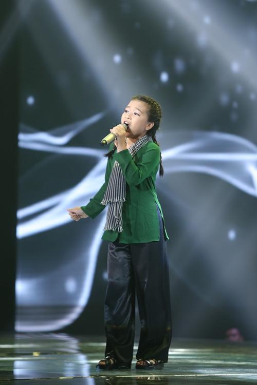 Mai Anh đội Noo Phước Thịnh hóa thành cô du kích nhỏ với một ca khúc nhạc Cách mạng.