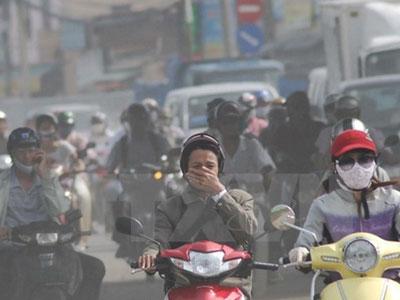 Sương mù quang hóa ở cả Hà Nội lẫn Sài Gòn: Người dân nên làm gì khi ra đường?
