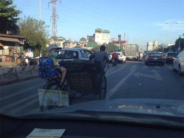 Dư luận xúc động mạnh trước bức ảnh người cha kéo xe xích lô chở đầy than tổ ong chở con đến trường của anh S.T. (Hà Nội) với dòng tâm trạng ngắn gọn Tình cha. (Ảnh: S.T)