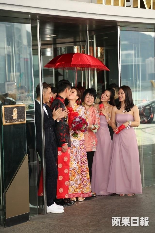 Hoa dan TVB Duong Di deo vang triu tay trong ngay cuoi hinh anh 3