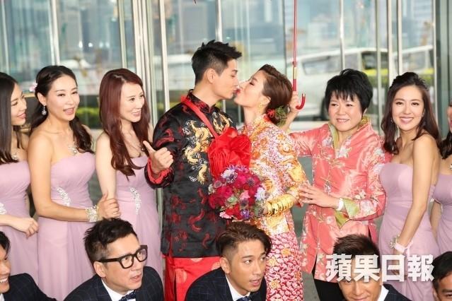 Hoa dan TVB Duong Di deo vang triu tay trong ngay cuoi hinh anh 6