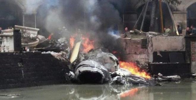 Máy bay chiến đấu J-10 của Trung Quốc rơi, khói đen cuộn trời