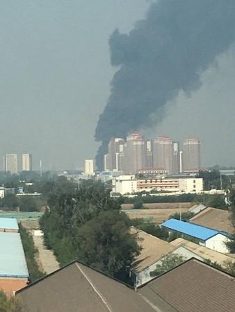 Máy bay chiến đấu J-10 của Trung Quốc rơi, khói đen cuộn trời - Ảnh 1.
