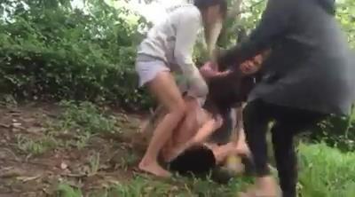 Nhóm 3 phụ nữ xúm đánh, lột đồ một người nữ khác /// Ảnh cắt từ clip
