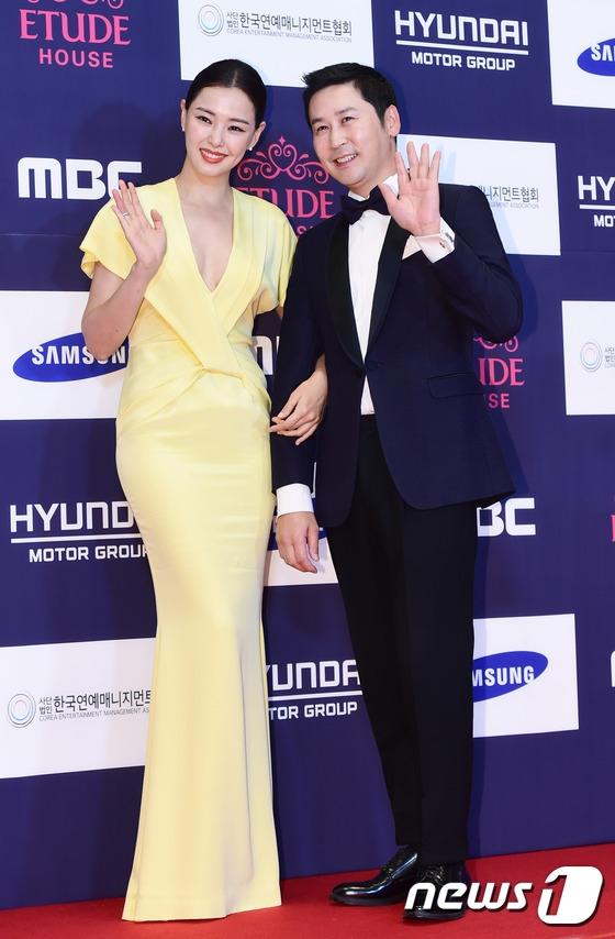 Thảm đỏ APAN 2016 nóng bừng với màn khoe dáng gợi cảm của dàn mỹ nhân xứ Hàn - Ảnh 3.