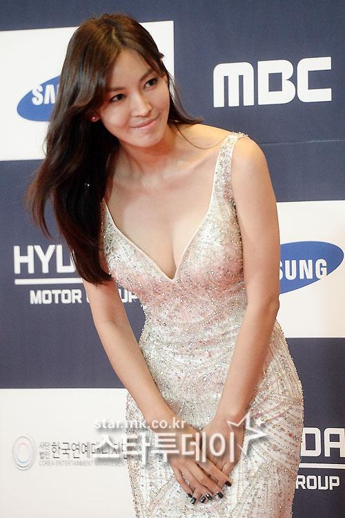 Thảm đỏ APAN 2016 nóng bừng với màn khoe dáng gợi cảm của dàn mỹ nhân xứ Hàn - Ảnh 8.