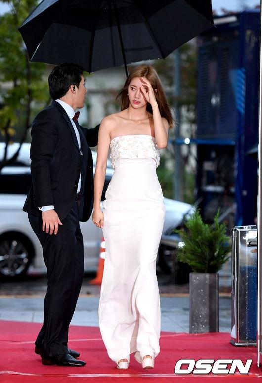 Thảm đỏ APAN 2016 nóng bừng với màn khoe dáng gợi cảm của dàn mỹ nhân xứ Hàn - Ảnh 9.