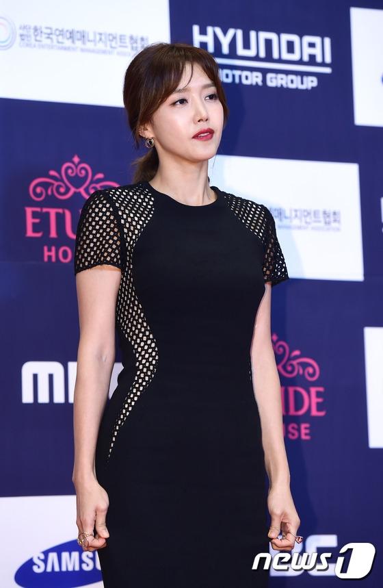 Thảm đỏ APAN 2016 nóng bừng với màn khoe dáng gợi cảm của dàn mỹ nhân xứ Hàn - Ảnh 21.