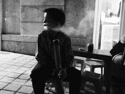 """Ám ảnh cảnh cậu bé Sapa 10 tuổi """"biểu diễn"""" màn phì phò khói thuốc lào để kiếm tiền"""