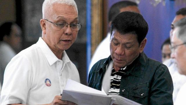 Tổng thống Philippines Rodrigo Duterte (phải) và Bộ trưởng Nội các Leoncio Evasco. (Ảnh: Inquirer)