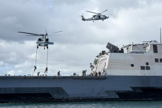 Bộ trưởng quốc phòng ASEAN xem Hải quân Mỹ thao diễn đổ bộ lục soát tàu - ảnh 2