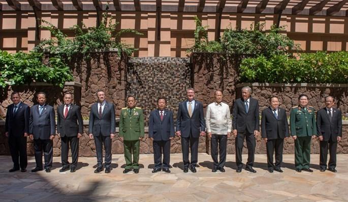 Bộ trưởng quốc phòng ASEAN xem Hải quân Mỹ thao diễn đổ bộ lục soát tàu - ảnh 3