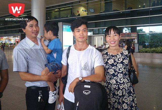 Công Phượng chụp hình cùng gia đình anh trai từ Bình Dương xuống đón. Ảnh: Thái Hải.