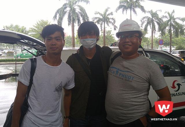 Một lao động Việt Nam tại Nhật Bản đi cùng chuyến bay xin chụp hình với Công Phượng, Tuấn Anh. Ảnh: Thái Hải.