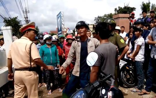 CSGT Công an huyện Lắk, tỉnh Đắk Lắk còng tay người dân cự cãi. (Ảnh cắt từ clip)