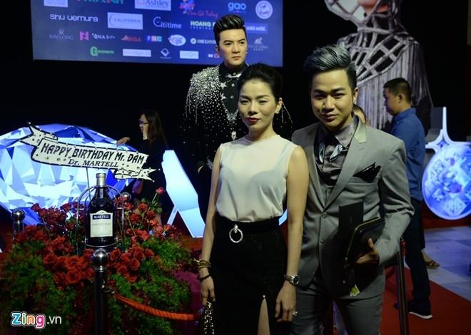 Dan sao Vpop tap nap xem live show Dam Vinh Hung hinh anh 2