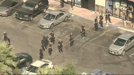 Cảnh sát Los Angeles tại hiện trường bắn chết nghi phạm. Ảnh: KTTV