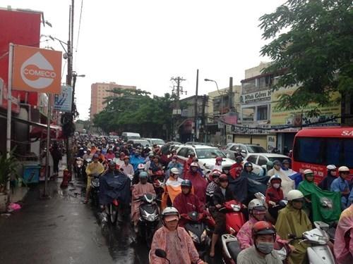 Đường Sài Gòn tắc nghẽn kinh hoàng vì cơn mưa lớn - ảnh 1