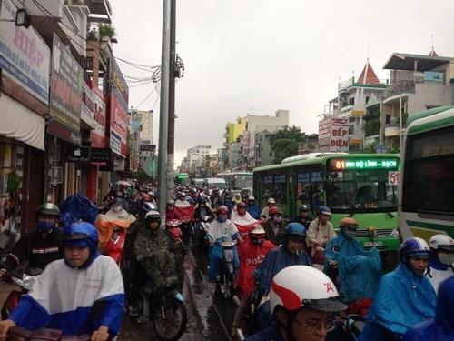 Đường Sài Gòn tắc nghẽn kinh hoàng vì cơn mưa lớn - ảnh 2