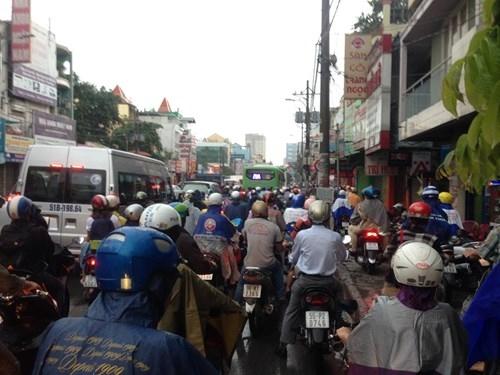 Đường Sài Gòn tắc nghẽn kinh hoàng vì cơn mưa lớn - ảnh 3