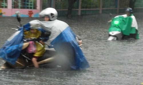 Đường Sài Gòn tắc nghẽn kinh hoàng vì cơn mưa lớn - ảnh 8
