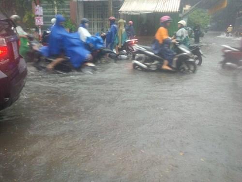 Đường Sài Gòn tắc nghẽn kinh hoàng vì cơn mưa lớn - ảnh 9