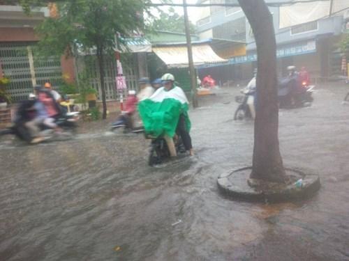 Đường Sài Gòn tắc nghẽn kinh hoàng vì cơn mưa lớn - ảnh 10
