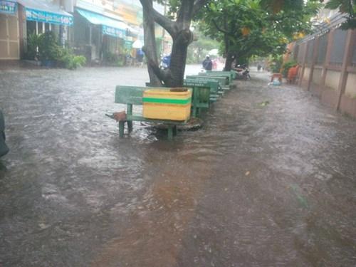 Đường Sài Gòn tắc nghẽn kinh hoàng vì cơn mưa lớn - ảnh 11