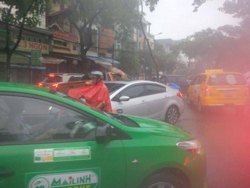 Đường Sài Gòn tắc nghẽn kinh hoàng vì cơn mưa lớn - ảnh 12