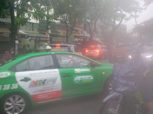 Đường Sài Gòn tắc nghẽn kinh hoàng vì cơn mưa lớn - ảnh 13