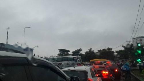 Đường Sài Gòn tắc nghẽn kinh hoàng vì cơn mưa lớn - ảnh 14