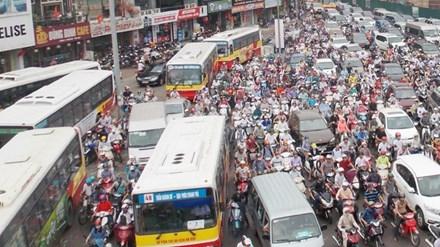 Do không có đường riêng và kiểm soát xe cá nhân, mỗi xe buýt khi hoạt động đang phải cạnh tranh đường với 360 ô tô và 3.300 xe máy. Ảnh: Anh Trọng.