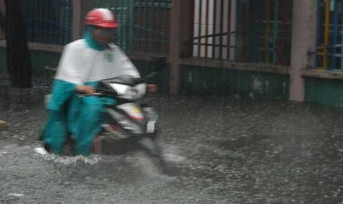 Khổ cực đến trường dưới cơn mưa khủng khiếp ở Sài Gòn - ảnh 1