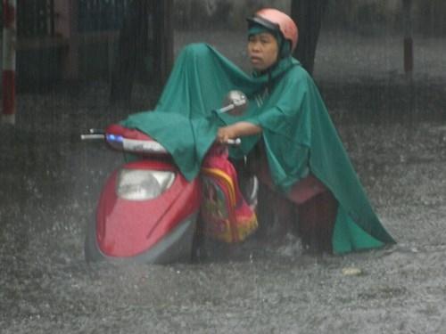 Khổ cực đến trường dưới cơn mưa khủng khiếp ở Sài Gòn - ảnh 2