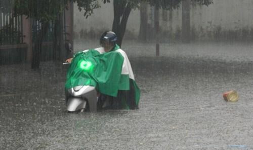 Khổ cực đến trường dưới cơn mưa khủng khiếp ở Sài Gòn - ảnh 3