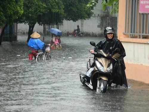 Khổ cực đến trường dưới cơn mưa khủng khiếp ở Sài Gòn - ảnh 5