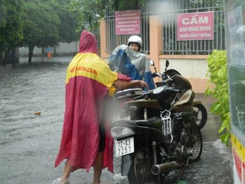 Khổ cực đến trường dưới cơn mưa khủng khiếp ở Sài Gòn - ảnh 6