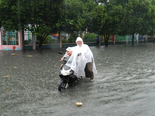 Khổ cực đến trường dưới cơn mưa khủng khiếp ở Sài Gòn - ảnh 7