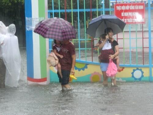 Khổ cực đến trường dưới cơn mưa khủng khiếp ở Sài Gòn - ảnh 8