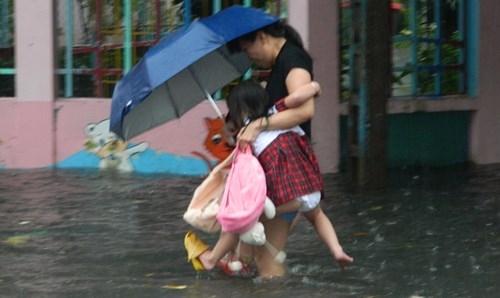 Khổ cực đến trường dưới cơn mưa khủng khiếp ở Sài Gòn - ảnh 9