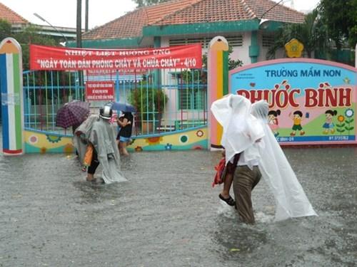 Khổ cực đến trường dưới cơn mưa khủng khiếp ở Sài Gòn - ảnh 10