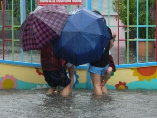 Khổ cực đến trường dưới cơn mưa khủng khiếp ở Sài Gòn - ảnh 11