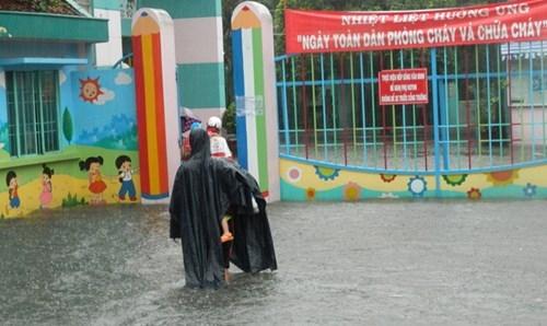 Khổ cực đến trường dưới cơn mưa khủng khiếp ở Sài Gòn - ảnh 12