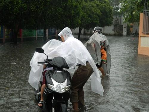 Khổ cực đến trường dưới cơn mưa khủng khiếp ở Sài Gòn - ảnh 13