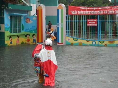 Khổ cực đến trường dưới cơn mưa khủng khiếp ở Sài Gòn - ảnh 15