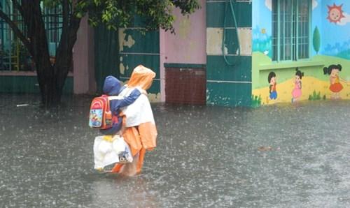 Khổ cực đến trường dưới cơn mưa khủng khiếp ở Sài Gòn - ảnh 16