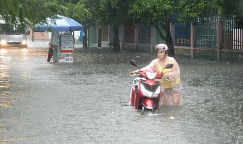 Khổ cực đến trường dưới cơn mưa khủng khiếp ở Sài Gòn - ảnh 17